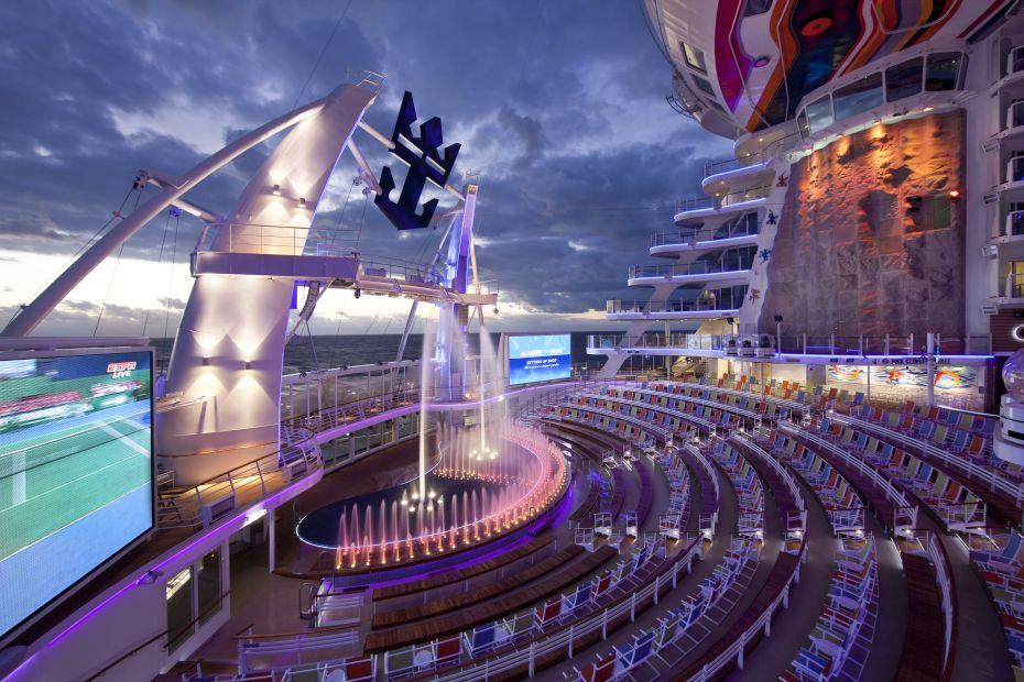 Allure of the Seas - Royal Caribbean International - vodní show na palubě