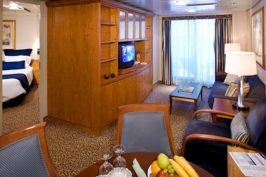 Quantum of the Seas - Royal Caribbean International - dřevěná skříň, stolek a TV v kajutě na lodi